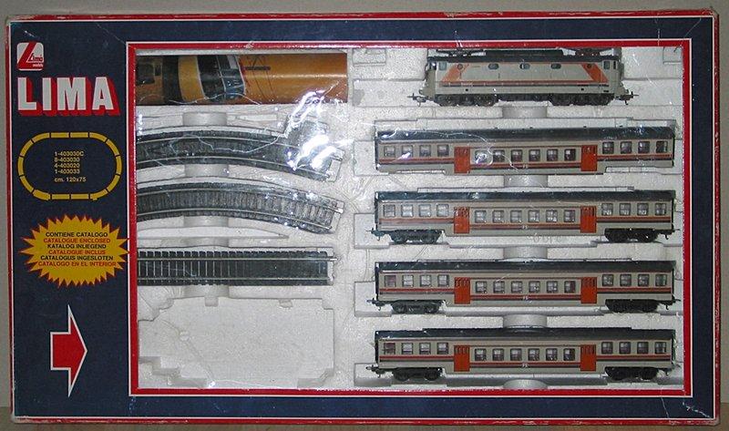 Confezione comprendente 4 carrozze a piano ribassato e la E444 001 anch'essa in livrea beige-arancio-viola (di fantasia). Foto Martin Kohler da forum http://www.ferramatori.it