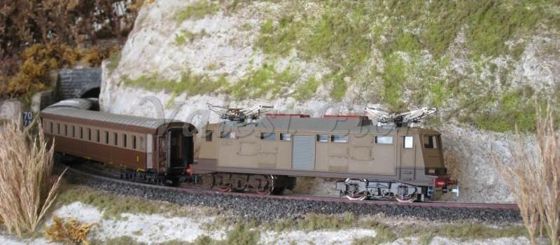 """La E424 in corsa sul plastico, con un treno di carrozze Rivarossi """"d'annata"""""""