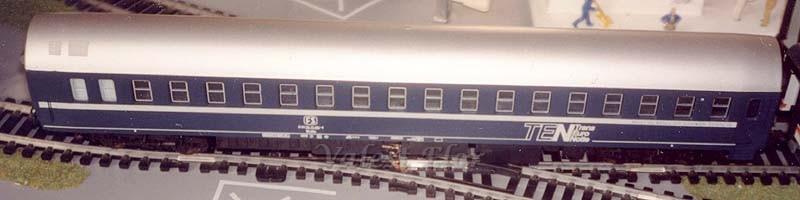 Carrozza T2s FS art. 309233 con porte blu, lato scompartimenti