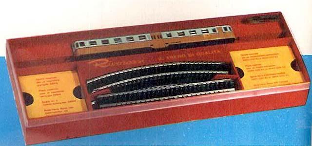 Confezione art. 30707 comprendente una ALn 668 2439 con circuito di binari (foto da catalogo Rivarossi 1965-66 - www.rivarossi-memory.it)