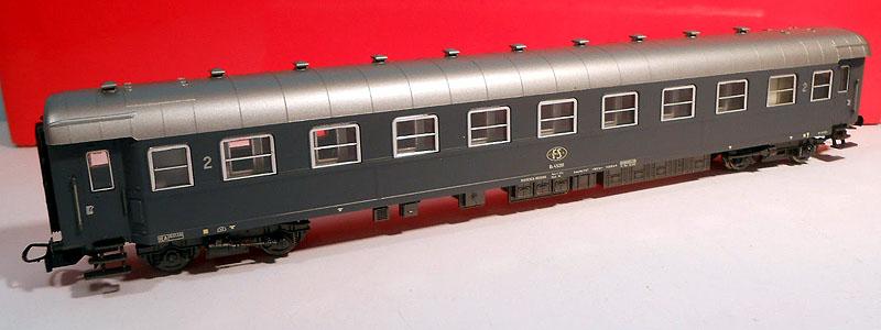 Carrozza di 2ª classe grigio ardesia con posto ristoro e logo FS ovale, art. 3617 – foto da ebay