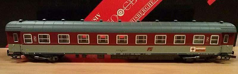 """Carrozza con posto ristoro in livrea rosso fegato-grigio beige prodotta per Norisberghen, art. 405001 - foto da pagina Facebook """"Rivarossi Trenini Elettrici"""""""