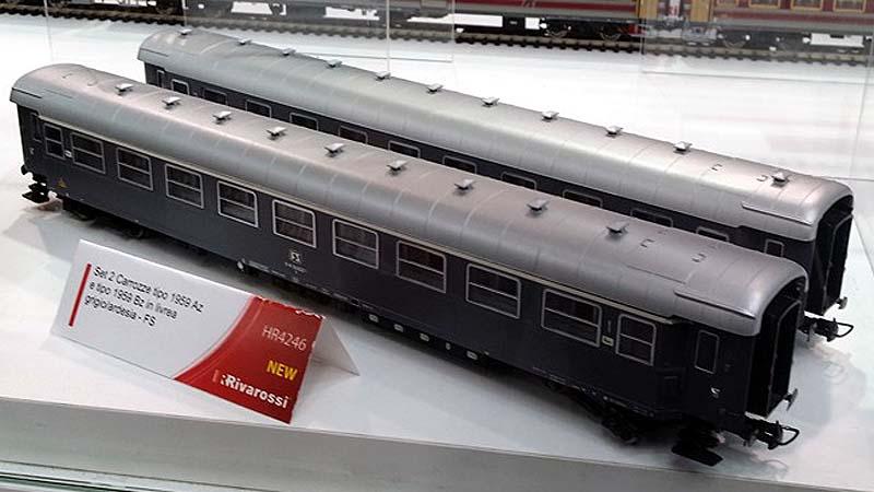 """Carrozze della confezione art. HR4246 esposte all'Hobby Model Expo 2015 (Novegro) presso lo stand Hornby - foto da pagina Facebook """"Gruppo Modellisti Ferroviari Romano"""""""