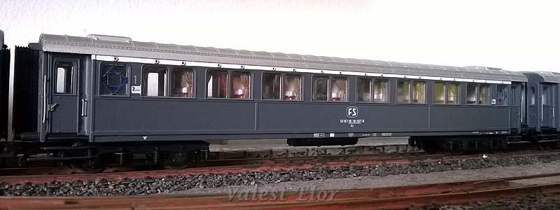 Seconda versione della carrozza serie 20.000 di 1ª classe in livrea grigio ardesia (con telaio grigio), art. 44703