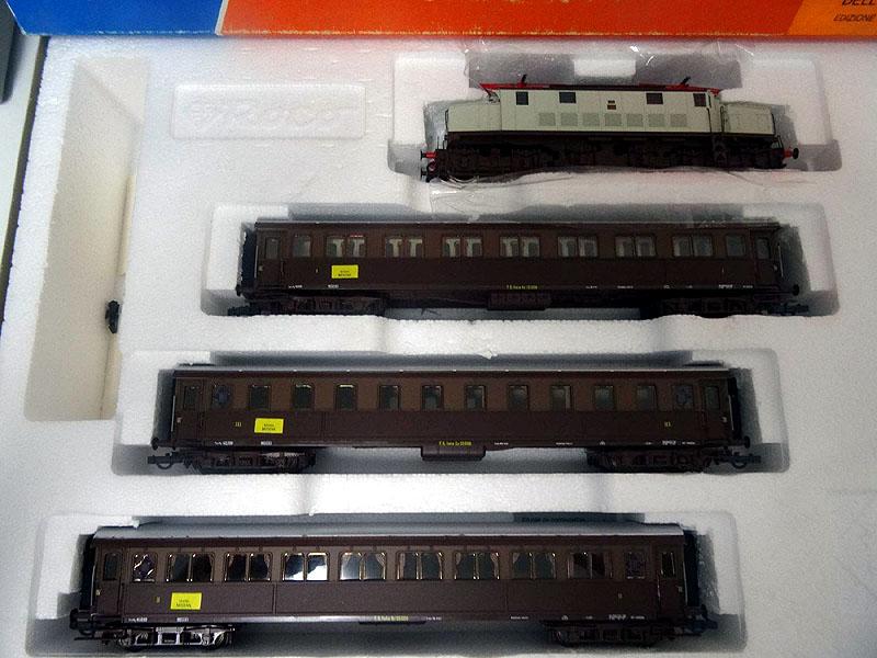 Confezione con E626 castano-grigio e tre carrozze castano-isabella, art. 43042 - foto da ricardo.ch