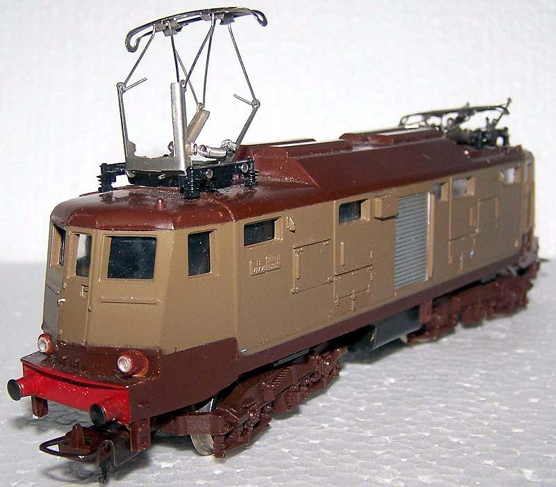 E424 143 di produzione fine anni '60, con motore G, carrelli dell'E646 e nuovi pantografi - foto da ebay