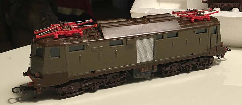 E424 143 di produzione fine anni '70 (art. 208022L), con fissaggio della cassa al telaio tramite incastri e pantografi rossi - foto da ebay