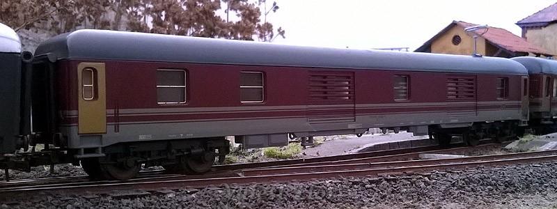 Bagagliaio FS in livrea rosso fegato-grigio beige di produzione anni '90, con telaio grigio chiaro, art. 309315